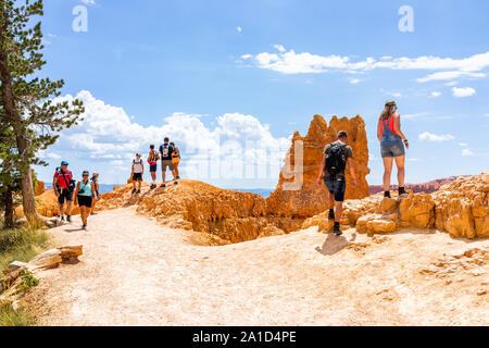 Bryce, USA - 2 août 2019 : les gens sur Queens Garden Boucle Navajo trail près de Sunset Point au Parc National de Bryce Canyon dans l'Utah aux beaux jours Banque D'Images