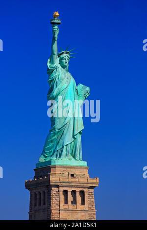 La statue de la liberté avec ciel bleu sur l'arrière-plan, New York City, USA Banque D'Images