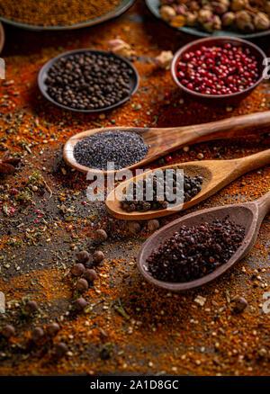 Épices diverses sélection dans des cuillères en bois Banque D'Images