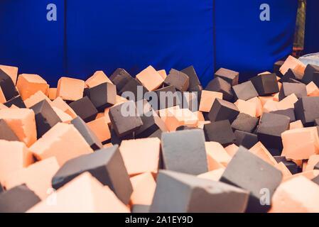 Des cubes de mousse multicolores sur l'aire de jeux dans le centre du trampoline. Banque D'Images