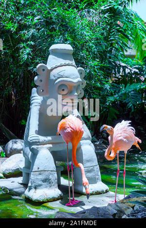 Les flamants se reposer près de une statue à Punta Cana, République dominicaine. Banque D'Images