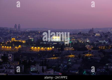 Vue panoramique du mont Scopus vers le Dôme du Rocher et la mosquée Al-Aqsa construite au dessus du Mont du Temple, connu sous le nom de Al Aqsa composé ou de Haram al-Sharif, dans la vieille ville de Jérusalem Israël Banque D'Images