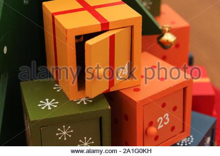 Ornement de Noël - cadeaux de Noël peu à être ouvert de jour en jour ultil la veille de Noël. 24. Veille de Noël. Banque D'Images