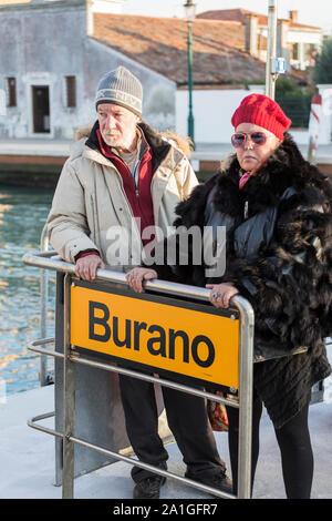 Venise, Italie - 01 septembre 2014: Un homme et une femme sont debout sur le quai de l'île Burano à Venise. Italie