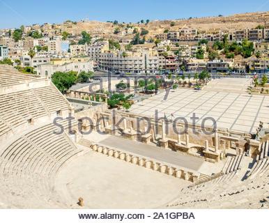 La Jordanie, Amman, Amman Gouvernorat. Vue du haut de la 2e siècle théâtre romain sur le Royaume hachémite Plaza dans le centre de Amman. Banque D'Images