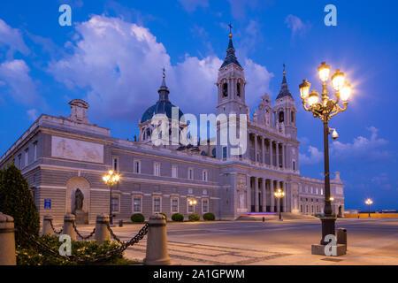Cathédrale de l'Almudena (Santa María la Real de la Almudena) est une église catholique de Madrid, Espagne. C'est le siège de l'Archidiocèse catholique de Mad Banque D'Images