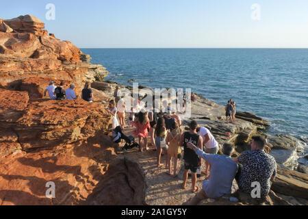 Visite touristique à Gantheaume point dans Broome Kimberley en Australie occidentale, où les traces de dinosaures sont révélées par le beachÕs red Banque D'Images