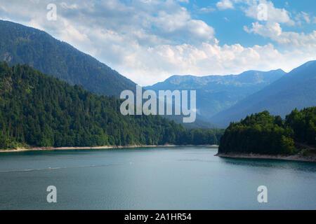 Vue idyllique de Sylvenstein barrage et de Karwendel Banque D'Images