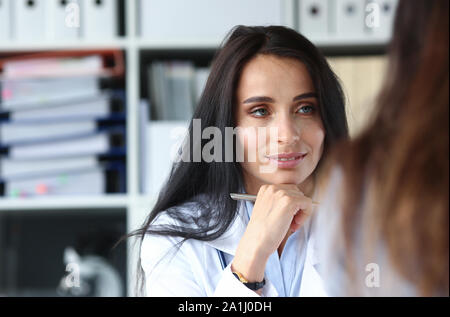 Femme médecin caucasien écouter le patient dans la médecine hôpital Banque D'Images