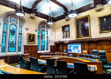 Intérieur de cour à la Cour suprême 3 installé dans le Middlesex Guildhall, London, UK Banque D'Images