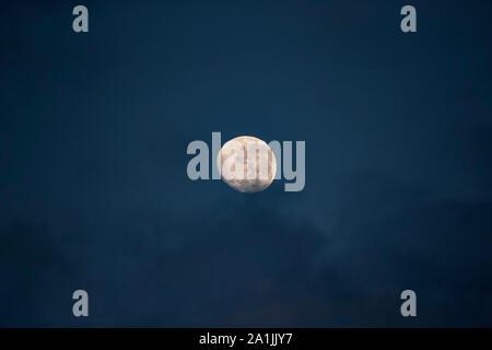 A n'en début de soirée shot de la lune prises au coucher du soleil avec un téléobjectif à partir d'un bateau-mouche sur la rivière Chobe au Botswana Banque D'Images