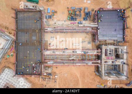Vue aérienne d'un groupe de travailleur de la construction des capacités en chantier de construction. Génie civil, projet de développement industriel, sous-sol de la tour foundati Banque D'Images
