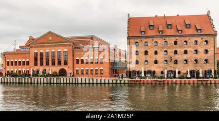 Gdansk, Pologne - 23 septembre 2019: voir à la Chambre Philharmonique Baltique polonaise et King Hotel sur l'île Ołowianka ,le long de la rivière Motlawa dans le vieux quartier historique de Banque D'Images