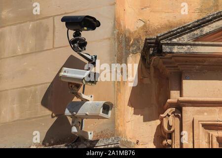 Trois caméras de surveillance sur vieux mur dans la ville de Mdina, Malte