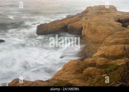 Les roches des rives et surfez, Devil's Punchbowl State Natural Area, Oregon, USA