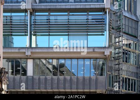 Vue de deux étages en béton et verre bâtiment brutaliste dans le centre de Londres avec des réflexions dans windows Banque D'Images
