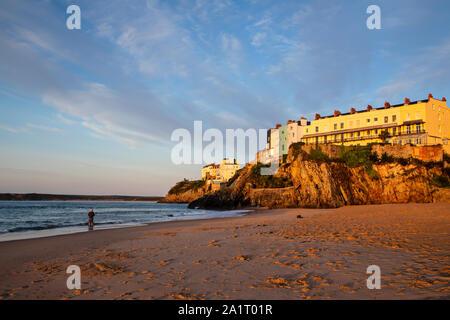 TENBY, Pays de Galles, Royaume-Uni - 13 septembre 2019: maisons colorées sur les falaises au-dessus du port de Tenby au lever du soleil Banque D'Images