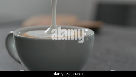 Verser le lait à la vapeur d'anto espresso, capuccino large photo Banque D'Images