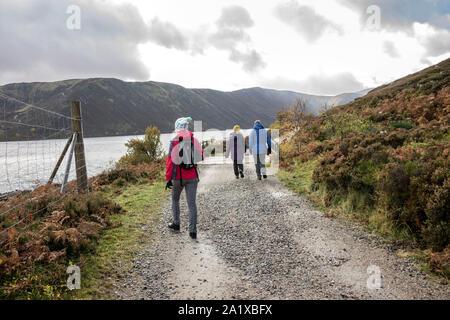 Balades autour de Loch Muick touristes dans le Royal Deeside, Aberdeenshire, Scotland, UK. Banque D'Images