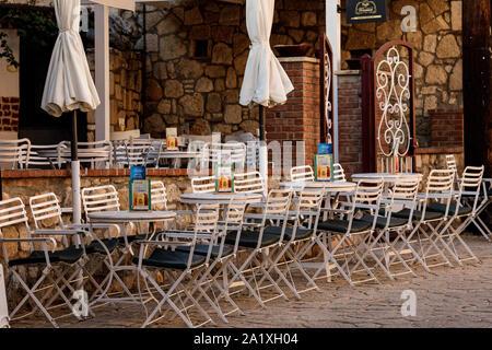 Kalithea, GRÈCE - Août 28, 2019: Des chaises avec tables de taverne grecque traditionnelle en Grèce