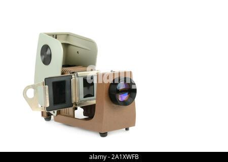Projecteur de film Vintage isolé sur fond blanc. Ancien projecteur pour l'affichage de diapositives. Banque D'Images