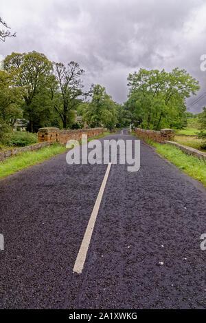 Vide route qui traverse la campagne rurale dans le Northumberland, Angleterre du Nord-Est, Royaume-Uni. 10 août 2019 Banque D'Images