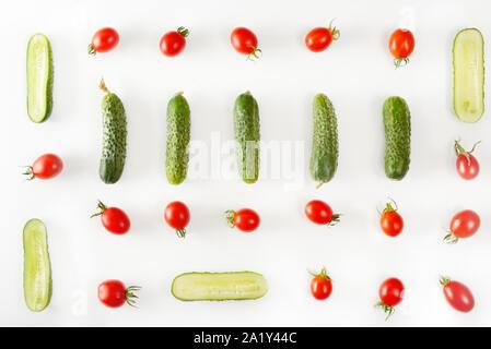 Des légumes frais - concombres et tomates isolé sur fond blanc. Télévision modèle lay. Banque D'Images