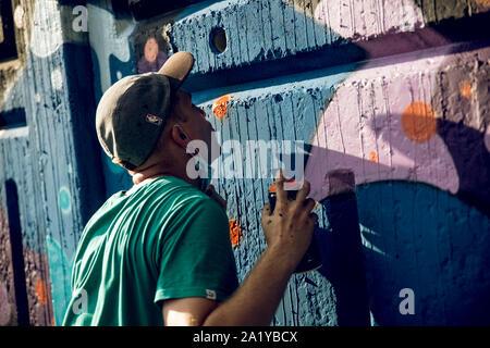 KKARKIV, l'Ukraine le 30 juillet 2019: un collègue attire l'bright street graffiti.