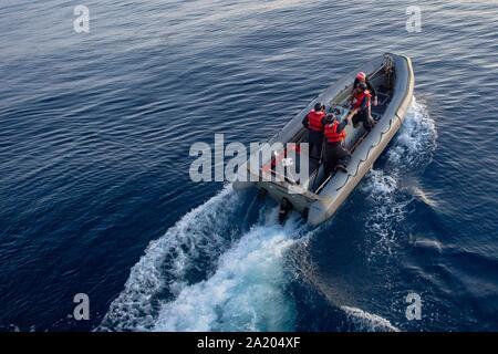 190928-N-DV626-0213 de l'OCÉAN ATLANTIQUE (sept. 28, 2019) marins affectés à la classe Ticonderoga croiseur lance-missiles USS Vella Gulf (CG 72) procéder à un exercice d'entraînement d'un homme à la mer dans un canot pneumatique à coque rigide (RHIB). Vella Gulf est en cours la réalisation d'exercices d'entraînement de routine dans l'océan Atlantique. (U.S. Photo par marine Spécialiste de la communication de masse de la classe 3e Gian Prabhudas)