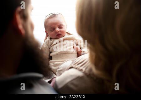 Vue vers le bas entre la mère et le père du nouveau-né baby girl sleeping Banque D'Images