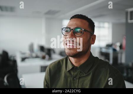 Portrait d'une jeune homme d'affaires moderne à l'office de tourisme à l'écart