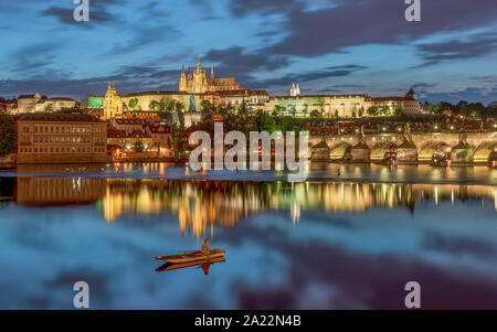 Prague cityscape lumières incroyable. Inclus tha vieille ville, château, rivière moldva et Charless pont dans cette photo.