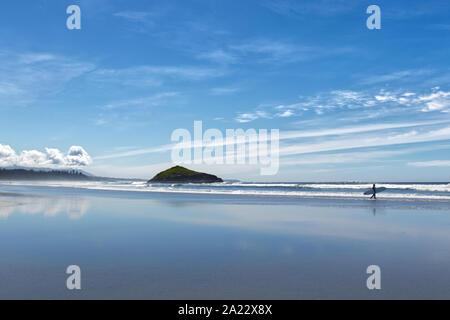 Un internaute est de marcher le long de la belle et longue plage près de Tofino, Colombie-Britannique, Canada Banque D'Images