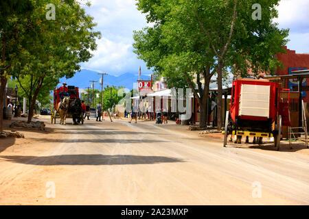 Old Red wild west stagecoach et chevaux à l'Allen Street, Tombstone, en Arizona