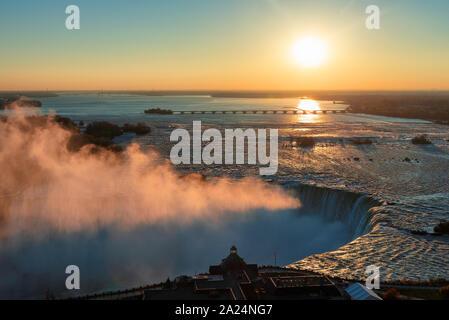 Niagara Falls au lever du soleil Banque D'Images