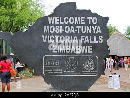 Se félicitant de l'entrée principale, signe de Mosi-Oa-Tunya National Park, Victoria Falls, Zimbabwe. Banque D'Images