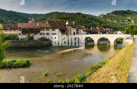 Saint Ursanne, Jura / Suisse - 27 août 2019: panorama de la Suisse historique et pittoresque village de Saint-Ursanne sur le Doubs Banque D'Images