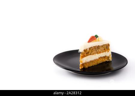 Sweet gâteau aux carottes tranche sur une plaque isolé sur fond blanc. Copy space