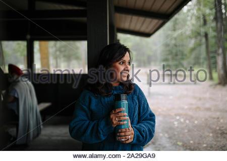 Portrait of mature femme indienne avec ballon dans log cabin Banque D'Images