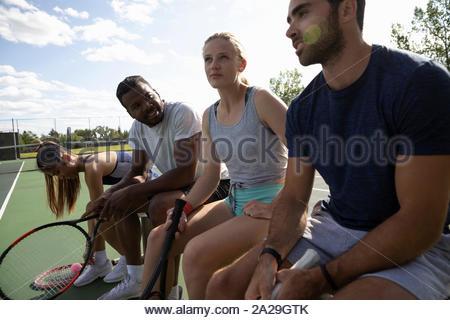 Les jeunes couples se préparant à jouer au tennis Banque D'Images