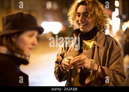 Jeune couple dans la rue, la vie nocturne, à Berlin, Allemagne. Banque D'Images
