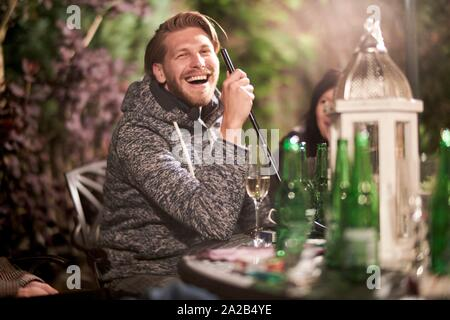 Happy middle-aged man at garden party Banque D'Images