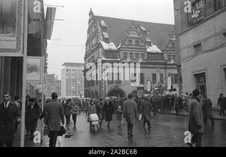 Dans le cadre du 800ème anniversaire de la Foire Commerciale en mars 1965, à Leipzig a lieu la foire de 1820 'Historique' avec des personnages costumés, des marchands forains, des boissons et des bonbons. Banque D'Images