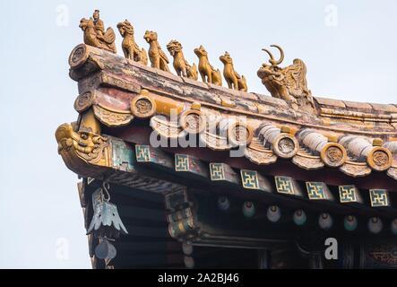 Détails toit aussi appelé temple de Yonghe Temple Lama de l'école Gelug du bouddhisme tibétain dans le district de Dongcheng, Beijing, Chine. Banque D'Images