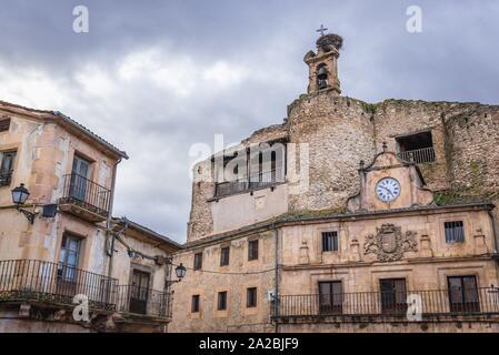 Ancien château de Fernan Gonzalez sur la place principale de Puebla ville en province de Ségovie, communauté autonome de Castille-et-León en Espagne. Banque D'Images