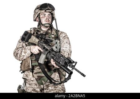 Studio de tournage, d'infanterie de marine commando soldat en munitions de protection complet, debout avec service rifle équipée de lance-grenade Banque D'Images