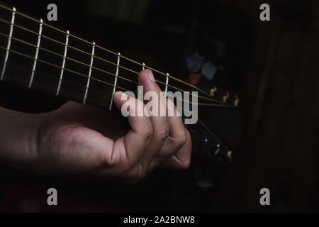 Guitariste acoustique d'effectuer. Le guitariste jouant dans Music Studio. Banque D'Images