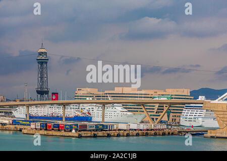 Barcelone, Espagne - 22 septembre 2017: Barcelone est la capitale et la plus grande ville de la Catalogne, Espagne. Barcelone est une plaque tournante du transport, avec le Port de B Banque D'Images