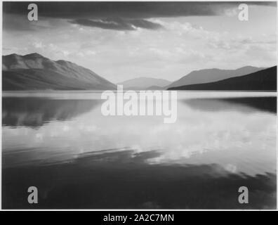 Lac McDonald et montagnes environnantes en soirée, le plus grand lac du parc national des Glaciers, Montana, 1933. Image Reproduite Avec L'Aimable Autorisation Des Archives Nationales. () Banque D'Images