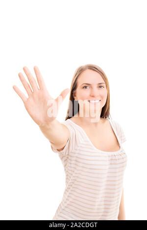 Beautiful smiling young girl holding sa main vers le haut de faire un geste, cinq isolé sur fond blanc.